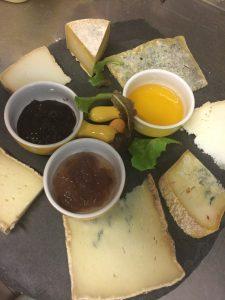 Formaggi tipici artigianalidel Piemonte, della val di Viù, accompagnati con marmellate artigianali da noi composte, al peperoncino, alla cipolla di Tropea, ai peperoni, o dalla crema di birra, in alternativa al miele