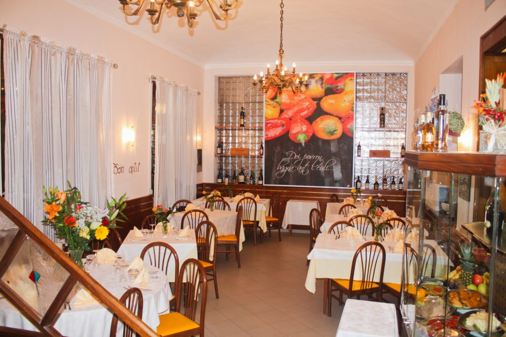 Sala ingresso con quadro peperoni cucina tradizionale piemontese